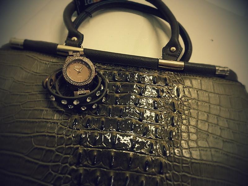 Damenhandtasche im Krokolook mit Raptor Damenarmbanduhr und Wickelarmband im Style Trend 2014